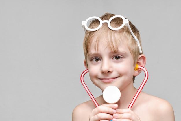 Un mignon garçon joue à être médecin