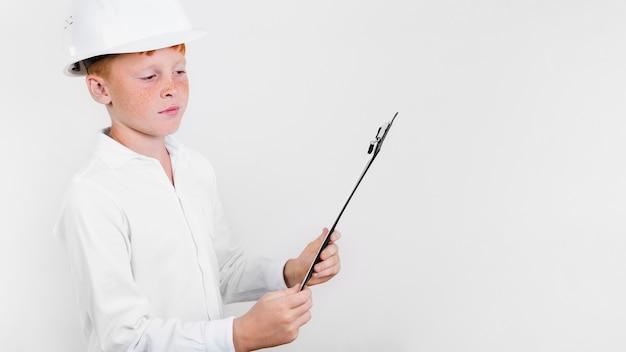 Mignon jeune enfant avec casque