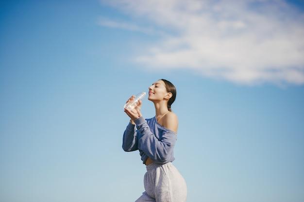 Mignon, jeune femme, eau potable