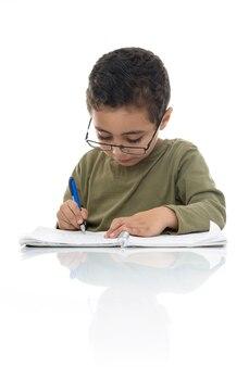 Mignon, jeune garçon, étudier, à, concentration