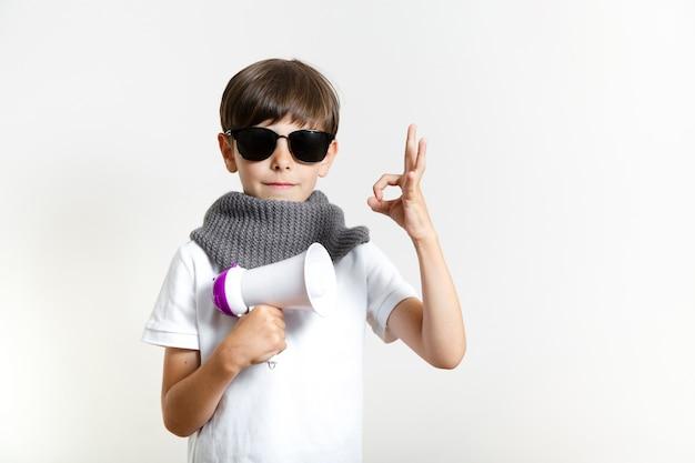 Mignon jeune garçon avec des lunettes de soleil