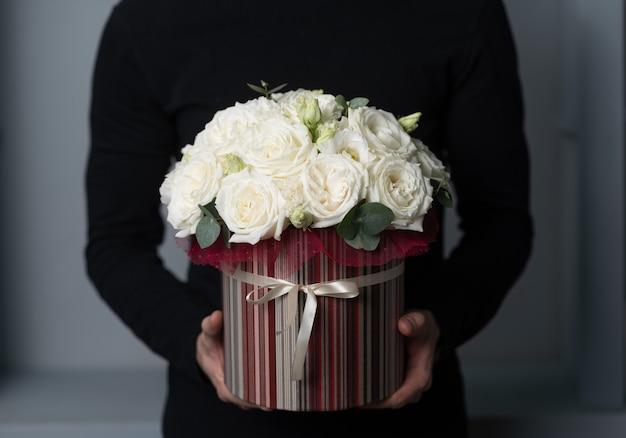 Mignon petit arrangement floral de fleurs mélangées dans la main de l'homme