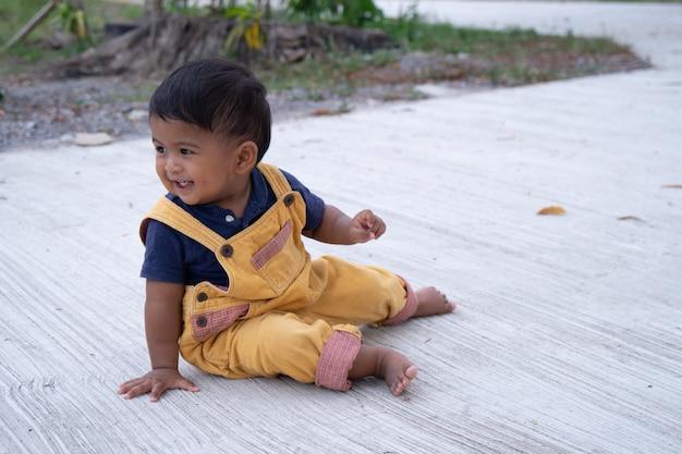 Mignon petit bébé garçon joue au parc