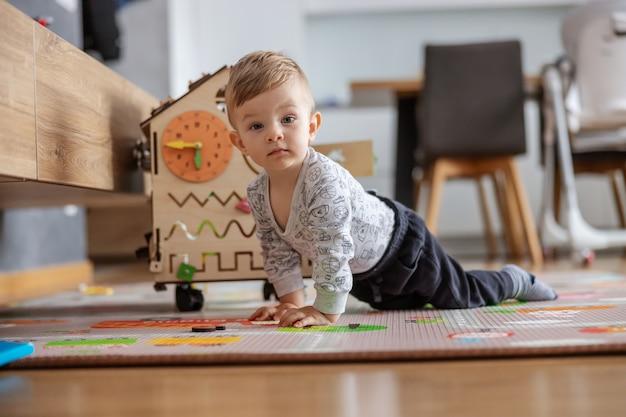 Mignon petit bébé garçon rampant sur le sol