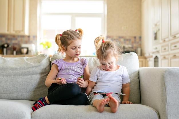 Mignon petit bébé jouant tablette numérique assis sur le canapé. contrôle parental. concept de sécurité internet pour enfants.