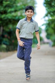 Mignon petit écolier en uniforme