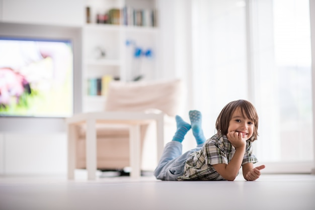 Mignon petit enfant à la belle maison moderne