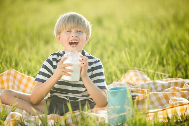 Mignon petit enfant buvant du lait frais