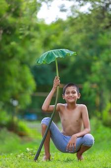Mignon petit enfant indien profitant de la nature