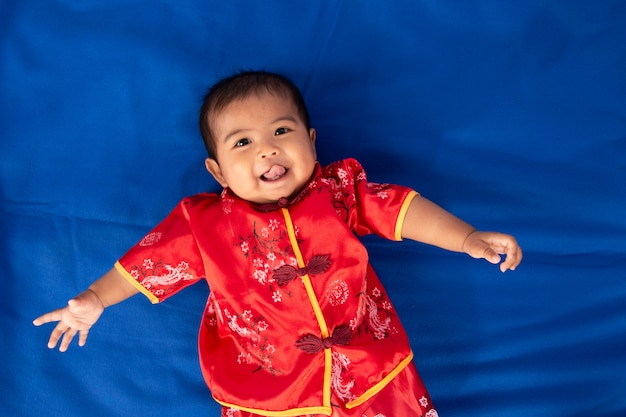 Mignon petit garçon asiatique en robe chinoise