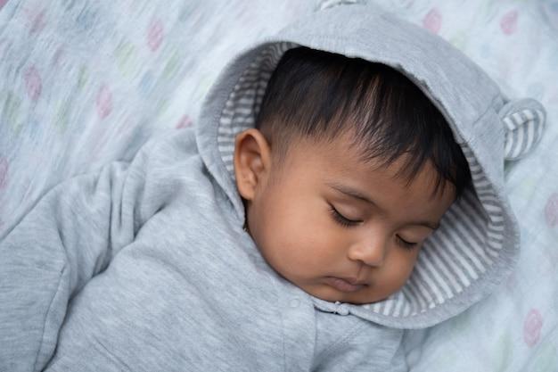 Mignon petit garçon asin dormir
