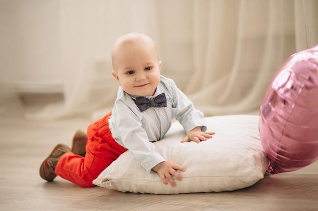 Mignon petit garçon avec des ballons