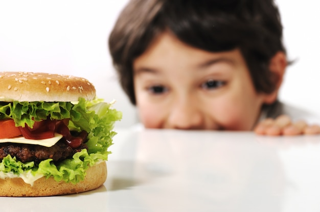 Mignon petit garçon avec burger