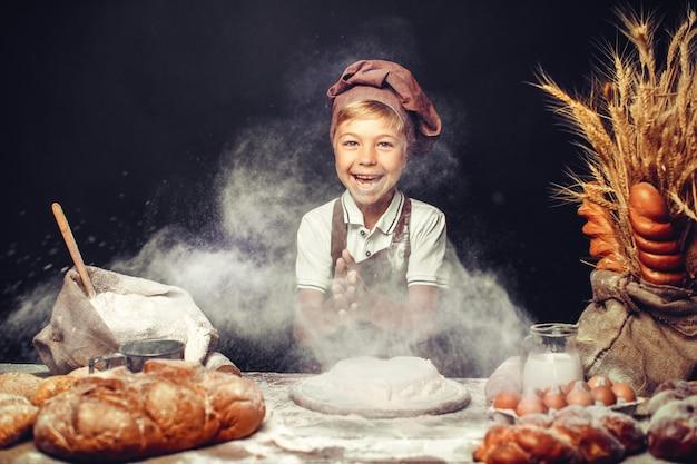 Mignon, petit garçon, à, chapeau chef, cuisine