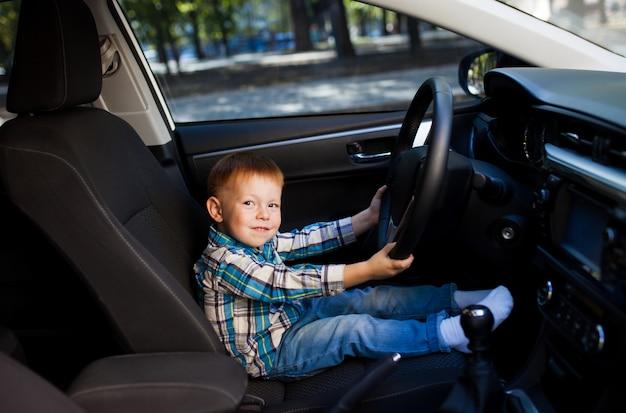 Mignon, petit garçon, conduite, pères, voiture