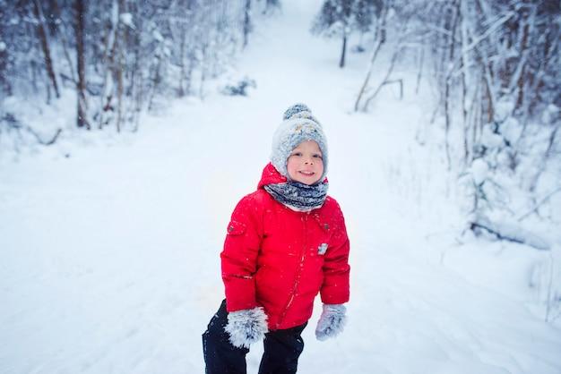Mignon petit garçon dans la neige