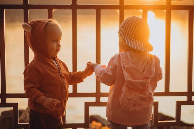 Mignon petit garçon et fille ensemble dans le parc automnal