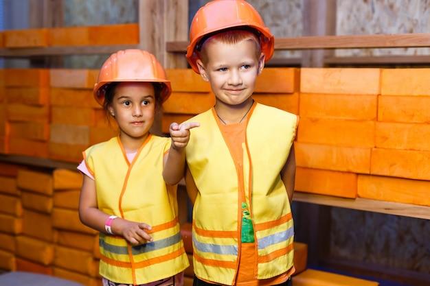 Mignon petit garçon et fille jouant avec des outils de jouet et souriant à la caméra