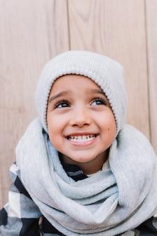 Mignon petit garçon en habits d'hiver
