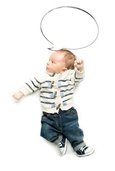 Mignon petit garçon posant avec une bulle de dialogue vide
