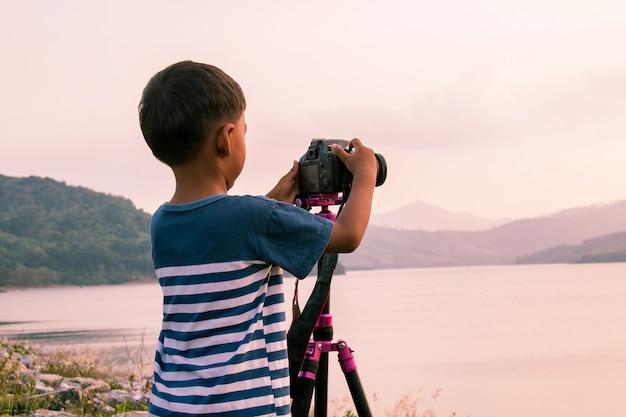 Mignon petit garçon prenant la caméra au barrage
