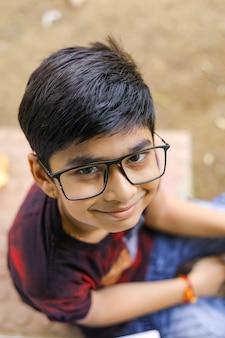 Mignon petit indien. garçon indien portant des lunettes
