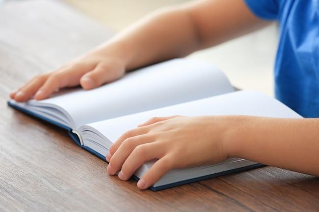 Mignon petit livre de lecture d'enfant à la maison, gros plan