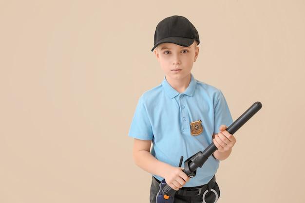 Mignon petit policier sur une surface de couleur