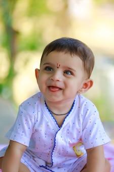 Mignon petit portrait d'enfant indien