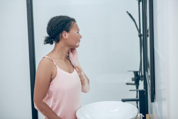 Une mignonne mulâtre dans la salle de bain le matin