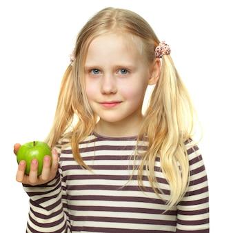 Mignonne petite fille avec apple isolé sur blanc
