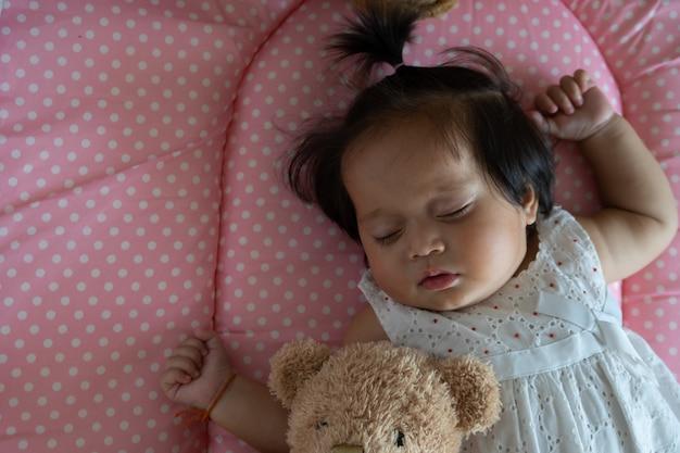 Mignonne petite fille asiatique qui dort