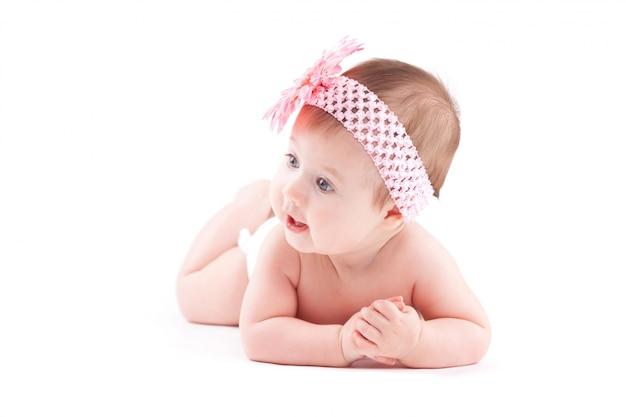 Mignonne petite fille en couche blanche
