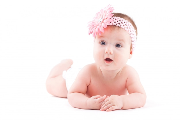 Mignonne petite fille en couche et drap rose