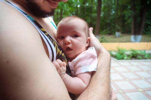 Mignonne petite fille dans les bras de papa