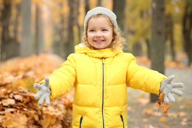 Mignonne petite fille dans le parc automne