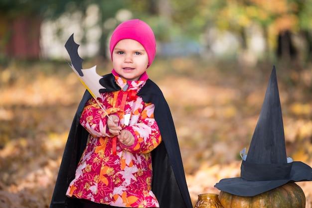 Mignonne petite fille drôle dans un chapeau rose