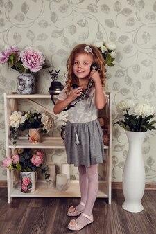 Mignonne petite fille enfant avec des fleurs de printemps