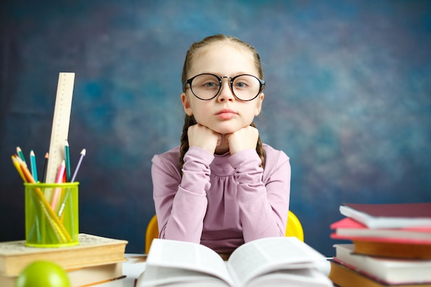 Mignonne petite fille étudiante étude portrait photo