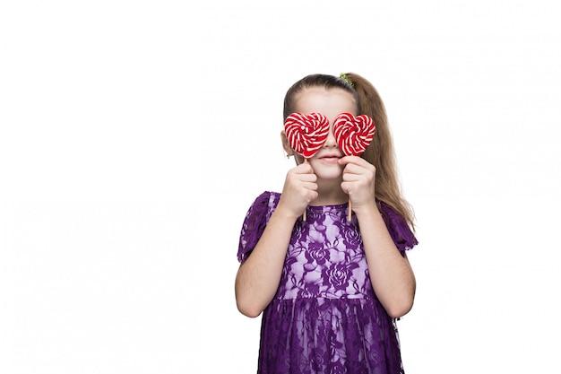 Mignonne petite fille heureuse avec sucette caucasien sur fond blanc isolé