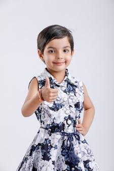 Mignonne petite fille indienne debout