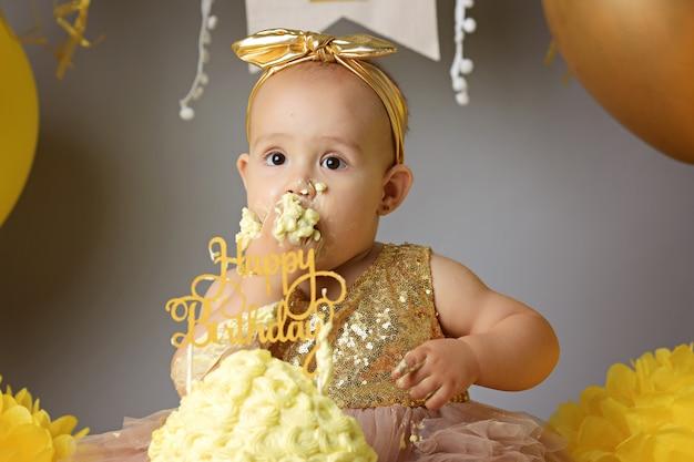 Mignonne petite fille mangeant un gâteau