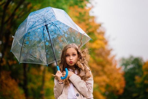 Mignonne petite fille avec parapluie. conception des prévisions météorologiques
