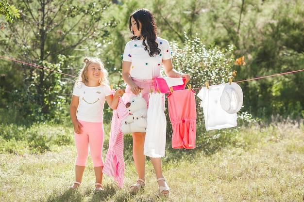 Mignonne petite fille et sa mère laverie