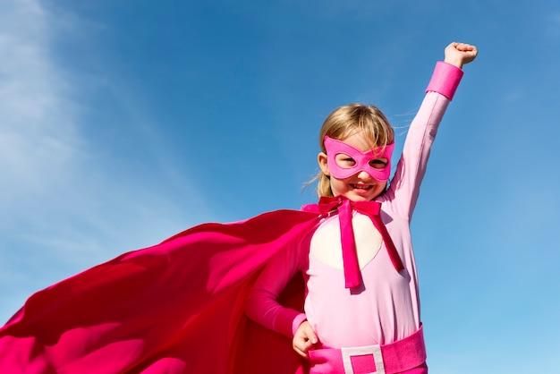 Mignonne petite fille de super héros