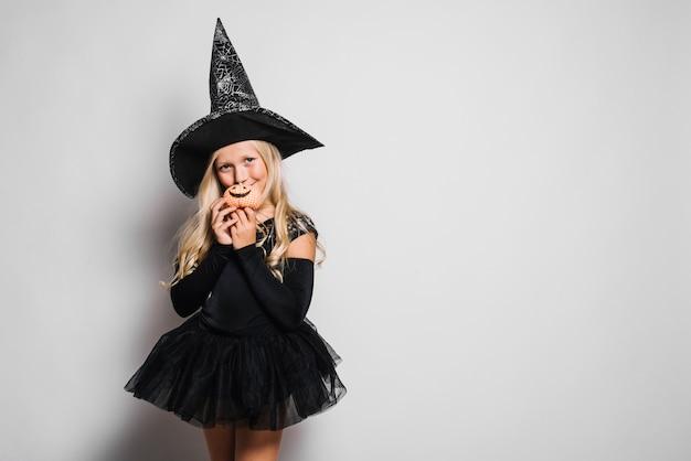 Mignonne petite sorcière avec minuscule jack-o-lantern