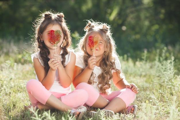 Mignonnes petites copines s'amusent ensemble