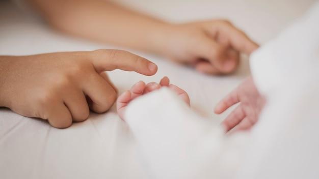 Mignonnes petites mains se touchant