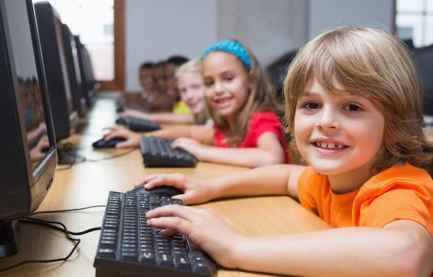 Mignons élèves en cours d'informatique