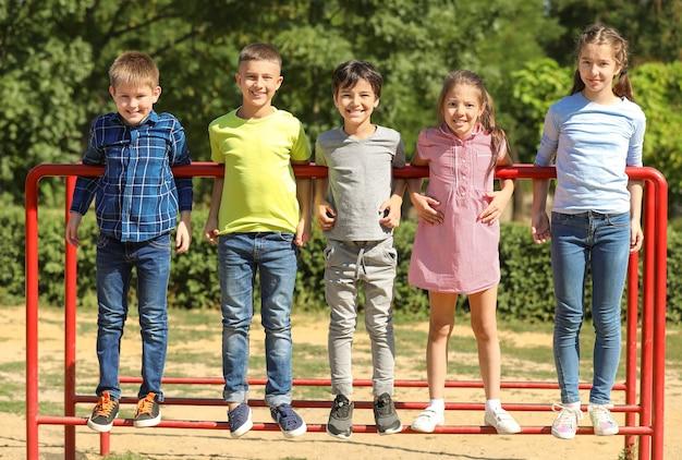 Mignons petits enfants sur l'aire de jeux